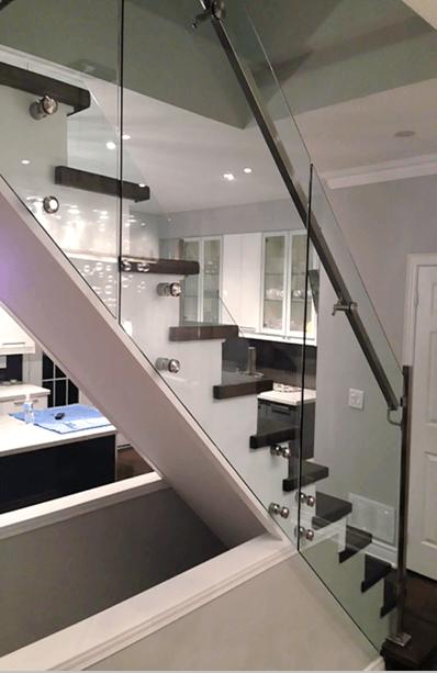 Характеристики и монтаж на стъклени парапети за стълби