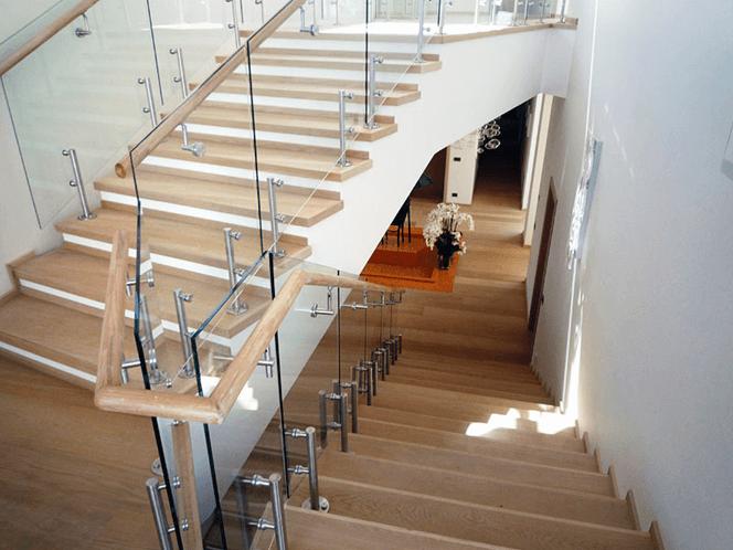 Стълби със стъклени парапети
